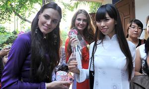 Hoa hậu Nga diện áo dài đi làm từ thiện