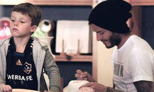 Becks kiên nhẫn tô tượng cùng con trai