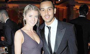 Walcott và bạn gái đi dự tiệc của Drogba