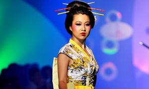 Lê Khánh vẽ mặt geisha đi catwalk
