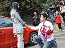 Nữ sinh cầu hôn bạn trai giữa sân trường đại học