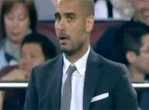 Iniesta phá bóng suýt trúng mặt thầy