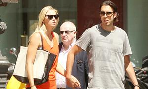 Sharapova dạo phố Paris với người yêu