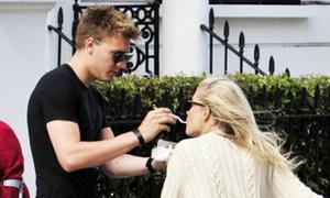 Bendtner quay lại với cô bồ hơn 13 tuổi