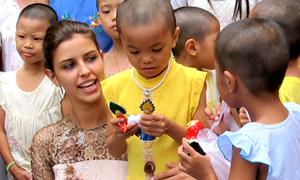 Hoa hậu Nga diện áo dài đi từ thiện