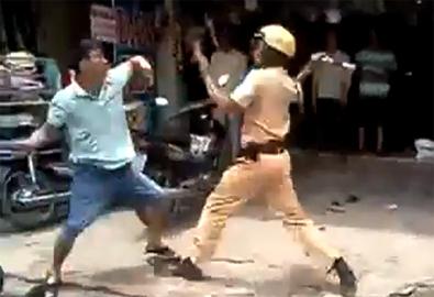 Cảnh sát giao thông bị đánh trên phố