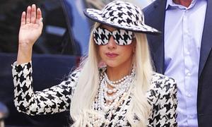 Lady Gaga đeo kính kín mít