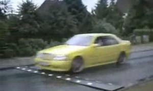 Xe hơi bị hất tung