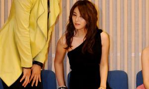 Son Eun Seo ngượng ngùng vì váy cũn cỡn