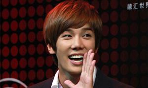 Park Jung Min điệu trong buổi họp báo