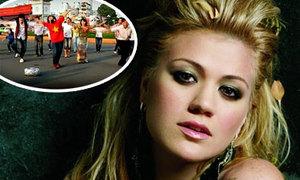 Áo dài Việt có mặt trong video của Kelly Clarkson