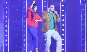 Ngô Thanh Vân cởi giày nhảy với Mr.Dâu Tây