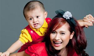 Con trai Thanh Thúy lí lắc bên mẹ