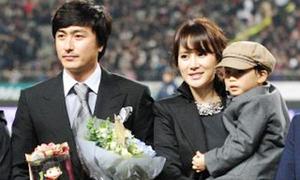 Ahn Jung Hwan đưa vợ con tới nhận 'Chiếc giày vàng'