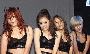 Ca sĩ Hàn bị la ó vì ăn mặc phản cảm
