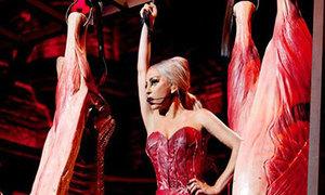 Lady Gaga lại gây sốc với trang phục giống váy thịt