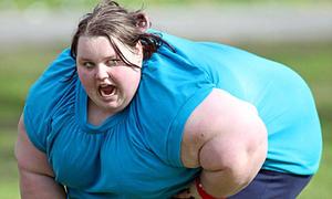 Phá tường giải cứu thiếu nữ béo phì