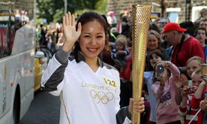 Ngô Phương Lan rước đuốc Olympic