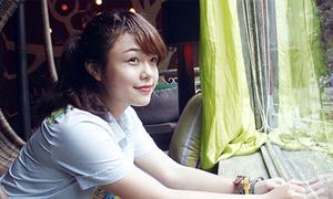 Thái Trinh hồn nhiên dạo phố Hà Nội