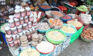 Đủ món đặc sản trong chợ Bà Hoa