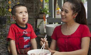 Thanh Thúy dạy bé Cà Phê làm bánh chưng