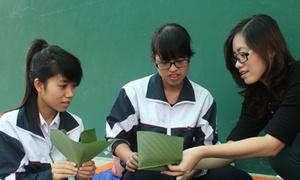 Nữ sinh Hà Hội học gói bánh chưng tặng người vô gia cư
