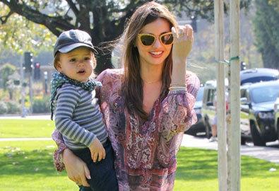 Miranda Kerr và con trai vui đùa trong công viên