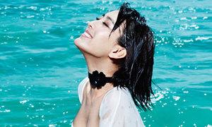 'Ma nữ tóc trắng' Mã Tô sexy trước biển
