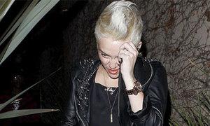 Miley Cyrus đã tháo nhẫn đính hôn