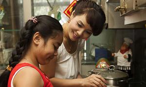 Mai Thu Huyền dạy con nấu ăn