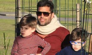 Ricky Martin vui đùa với hai con trai trong công viên