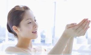 Giảm cân nhờ tắm nước ấm