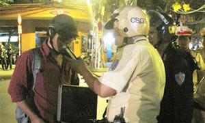 Xé áo cảnh sát vì mất mặt với gái mại dâm