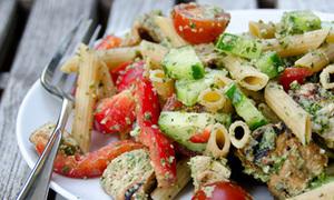 Biến tấu salad mỳ ống ngon lạ cho ngày hè