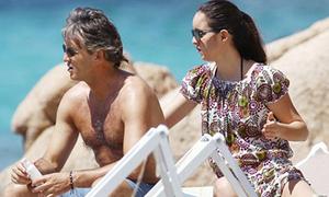 Con gái 'rượu' xoa kem chống nắng cho HLV Mancini