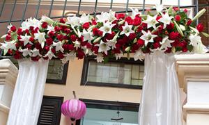 Chọn cổng hoa màu đỏ, trắng