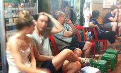 Trai Việt vào phố cổ săn 'gà Tây' mỗi đêm