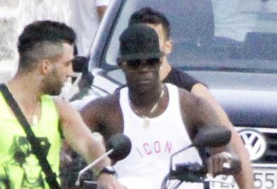 Balotelli lái môtô 'hầm hố' đi dạo