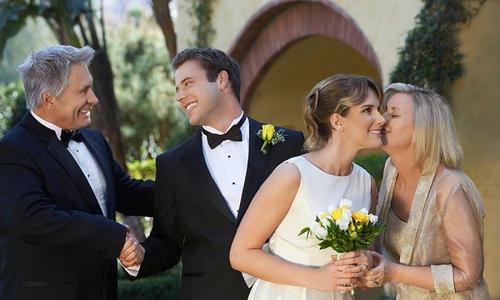 Cách 'ghi điểm' với gia đình trước ngày cưới