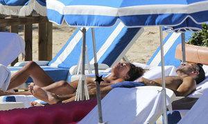 Vợ Giggs ngực trần tắm nắng