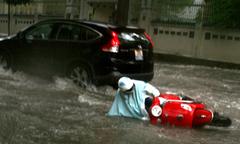 Người Hà Nội vật lộn với mưa bão