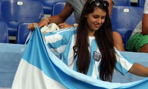 Fan nữ xinh đẹp cổ vũ Higuain