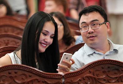Vợ chồng Hương Giang 'trốn' con đi xem múa