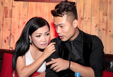 Phương Thanh thì thầm to nhỏ với Ngọc Minh Idol