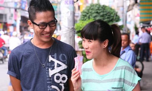 Kiều Linh đi bán vé số với Hoàng Rapper