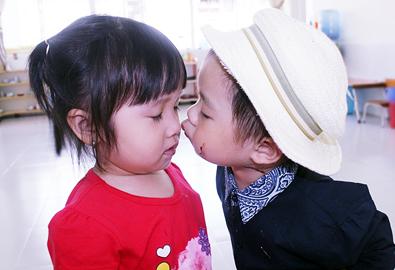 Con trai Lý Hải chủ động hôn bạn cùng lớp