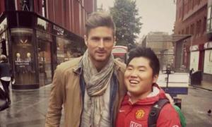 Fan MU bị ném đá vì chụp ảnh với Giroud