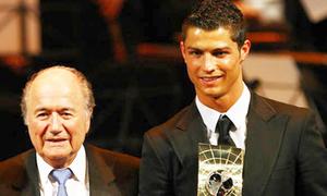 Chủ tịch FIFA và C. Ronaldo 'đá xoáy' nhau
