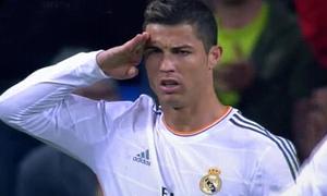C. Ronaldo 'đá đểu' Chủ tịch FIFA với kiểu chào quân đội