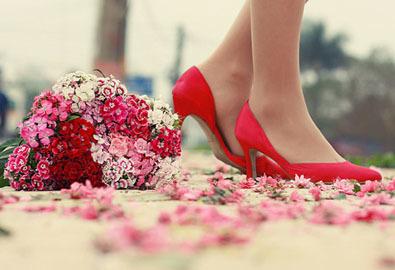Cô gái đi giày đỏ